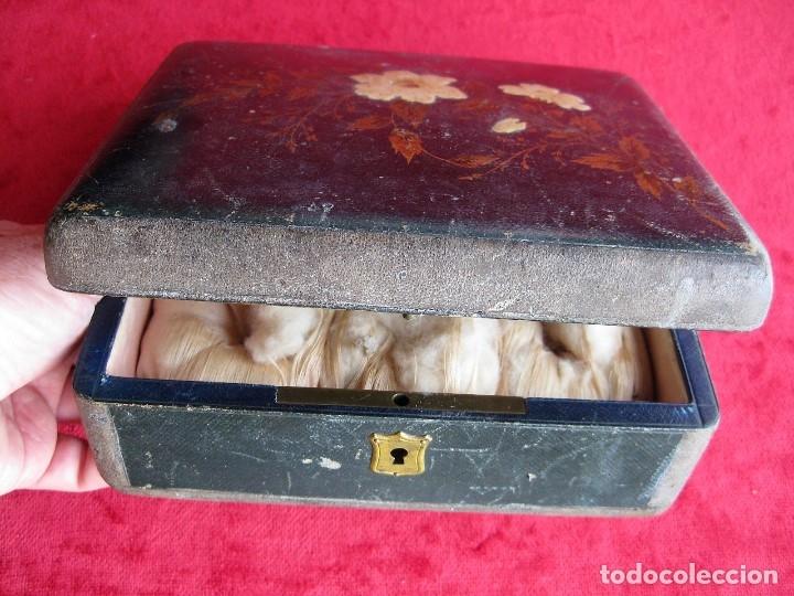 MUY ANTIGUO JOYERO DE MADERA FORRADO CON INTERIOR EN RASO CAPITONÉ, DECORADO A MANO (Antigüedades - Hogar y Decoración - Cajas Antiguas)