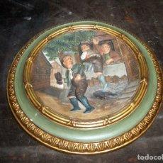 Antigüedades: BONITO PLATO CON FIGURAS EN RELIEVE DE METAL. Lote 175753869