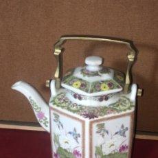 Antigüedades: ORIGINAL TETERA DE ASIA CAFETERA EN PORCELANA Y BRONCE. Lote 175763148