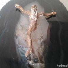 Antigüedades: PRECIOSO CRISTO CHAPADO EN ORO 24KTS Y UNIDO A UNA PIEDRA MINERAL.. Lote 175765863