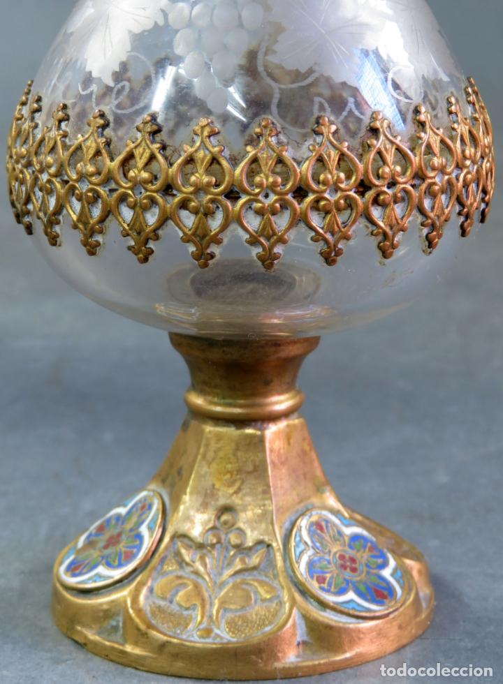 Antigüedades: Vinajeras litúrgicas neogóticas en metal dorado y cristal grabado al ácido hacia 1900 - Foto 12 - 175780722