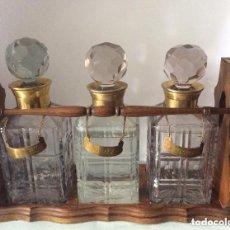 Antigüedades: SET DE LICORERAS EN CRISTAL Y METAL,CON SOPORTE EN MADERA . Lote 175799059