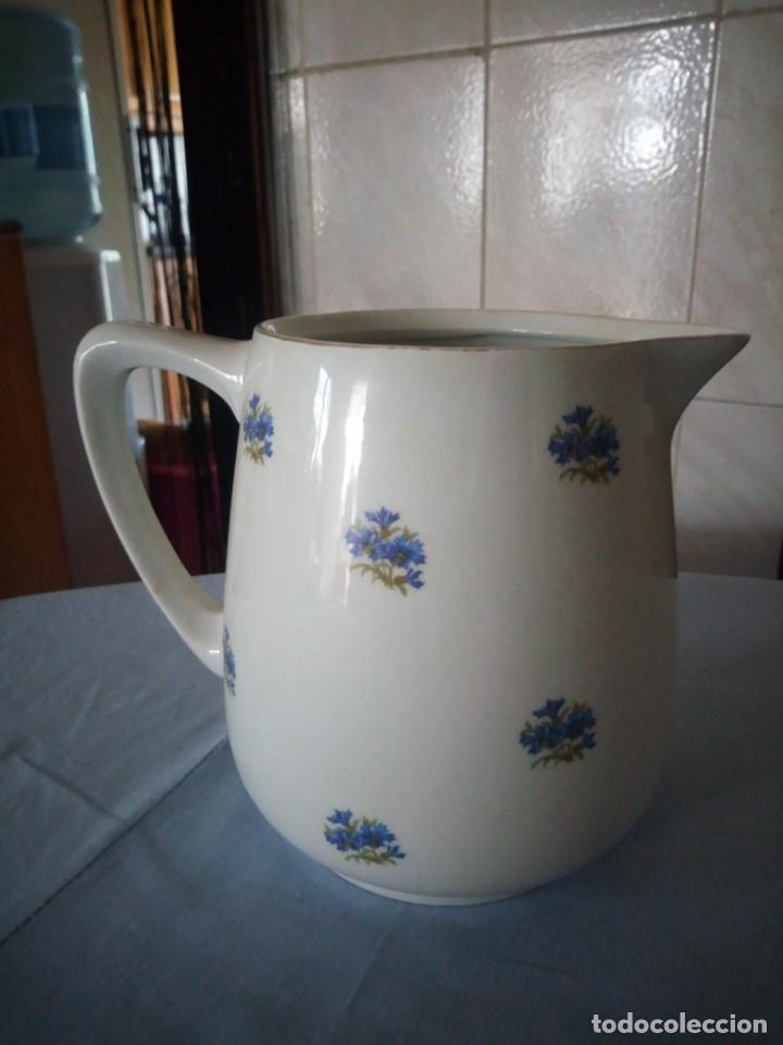 Antigüedades: Antigua jarra de porcelana decorada con pequeñas flores en azul.sin marca. - Foto 3 - 175801532