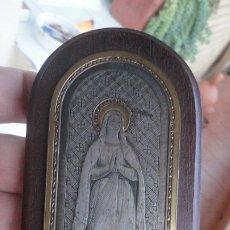Antigüedades: ANTIGUA IMAGEN VIRGEN DE LOURDES.METAL TRABAJADO SOBRE MADERA.MARCADO BW.PRINCIPIOS DEL XX. Lote 175810550