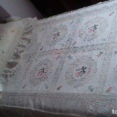 Antigüedades: ANTIGUA Y PRECIOSA COLCHA BORDADA A MANO CON GRANDES CALADOS, DE LAGARTERANA. PARA CAMA DE 90. SIN. Lote 175871705