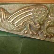 Antigüedades: CARTEL BRONCE FIGURA MITOLOGICADE UN GRIFO. Lote 175893192
