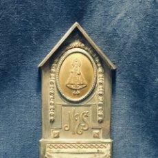 Antigüedades: BENDITERA VIRGEN DE COVADONGA ASTURIAS METAL PLATEADO TROQUELADO LATON VIDRIO PPIO S XX 23X10CMS. Lote 175908847