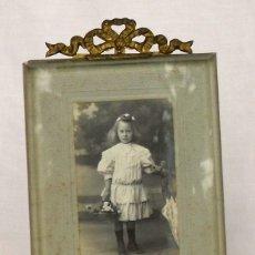 Antigüedades: PORTA FOTO DE LATÓN CON CRISTAL BISELADO. Lote 175911730