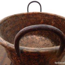 Antigüedades: ANTIGUO CALDERO S XVIII DE COBRE CINCELADO Y ASAS EN HIERRO FORJADO. Lote 175911763
