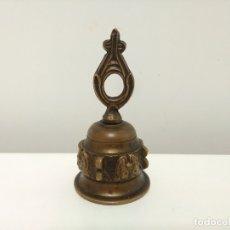 Antigüedades: PEQUEÑA CAMPANA DE SOBREMESA DE BRONCE. Lote 175924054