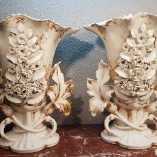 Antigüedades: EXCELENTE PAREJA DE JARRONES VIEJO PARÍS ÉPOCA ISABELINA 1850 APROX. EN MUY BUEN ESTADO. Lote 175931158