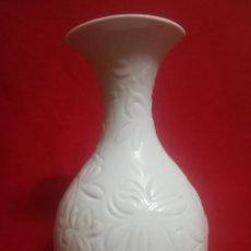Antigüedades: PRECIOSO JARRON FLORAL RELIEVE EN PORCELANA BLANCA ORIGINAL LLADRO CON SELLO. Lote 175936333
