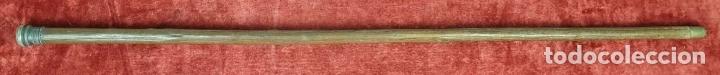 Antigüedades: BASTÓN DE PASEO. PUÑO DE PLATA CINCELADA. CAÑA DE MEDERA. TACO DE METAL. SIGLO XX. - Foto 2 - 175951180
