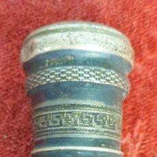 Antigüedades: BASTÓN DE PASEO. PUÑO DE PLATA CINCELADA. CAÑA DE MEDERA. TACO DE METAL. SIGLO XX. . Lote 175951180