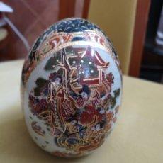Antigüedades: HUEVO DE PORCELANA CHINA ESMALTADO DECORADO A MANO PREPARACIÓN DEL TÉ . Lote 175960657