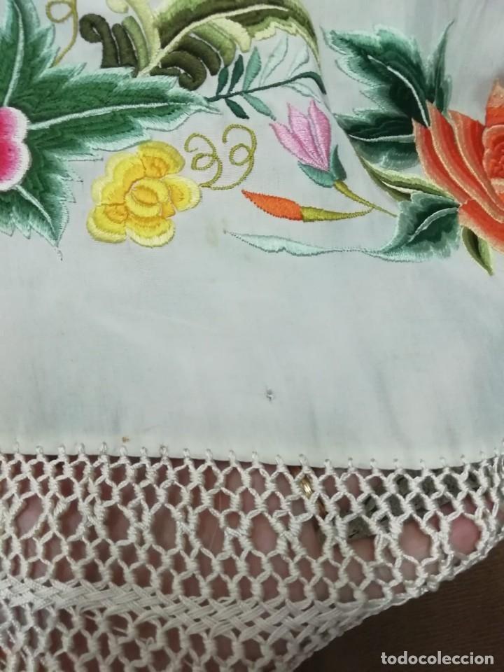 Antigüedades: Mantón de Manila antiguo de seda natural bordado con fleco anudado a mano (M.ANT-66) - Foto 6 - 112843691