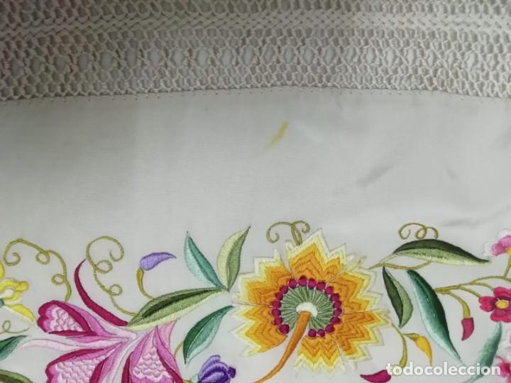 Antigüedades: Mantón de Manila antiguo de seda natural bordado con fleco anudado a mano (M.ANT-66) - Foto 7 - 112843691