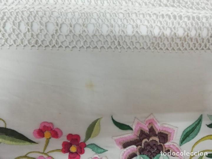 Antigüedades: Mantón de Manila antiguo de seda natural bordado con fleco anudado a mano (M.ANT-66) - Foto 8 - 112843691
