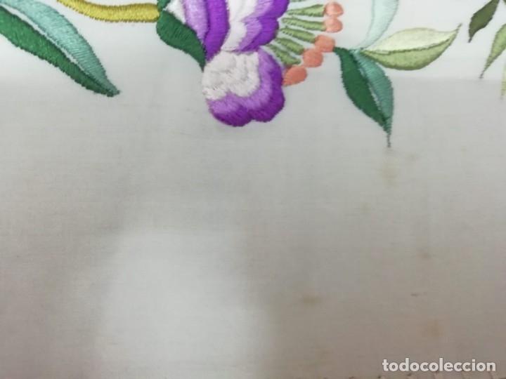 Antigüedades: Mantón de Manila antiguo de seda natural bordado con fleco anudado a mano (M.ANT-66) - Foto 9 - 112843691
