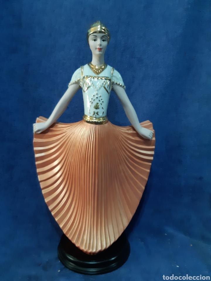 Antigüedades: Figura de porcelana policromada con adornos en oro de 24 kilates - Foto 2 - 175976788