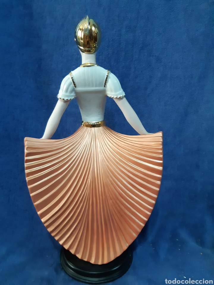 Antigüedades: Figura de porcelana policromada con adornos en oro de 24 kilates - Foto 4 - 175976788