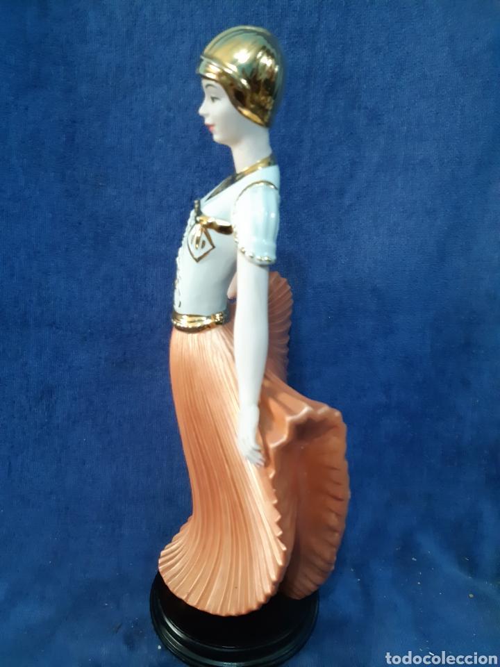Antigüedades: Figura de porcelana policromada con adornos en oro de 24 kilates - Foto 5 - 175976788