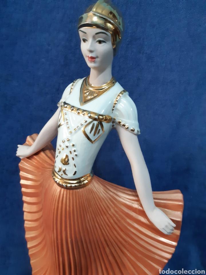 Antigüedades: Figura de porcelana policromada con adornos en oro de 24 kilates - Foto 6 - 175976788