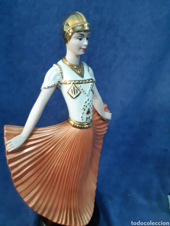 Antigüedades: Figura de porcelana policromada con adornos en oro de 24 kilates - Foto 8 - 175976788