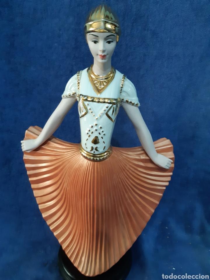 Antigüedades: Figura de porcelana policromada con adornos en oro de 24 kilates - Foto 9 - 175976788