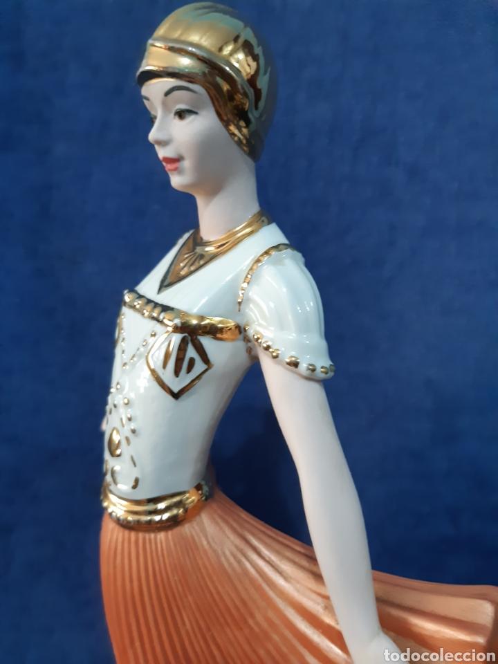 Antigüedades: Figura de porcelana policromada con adornos en oro de 24 kilates - Foto 11 - 175976788