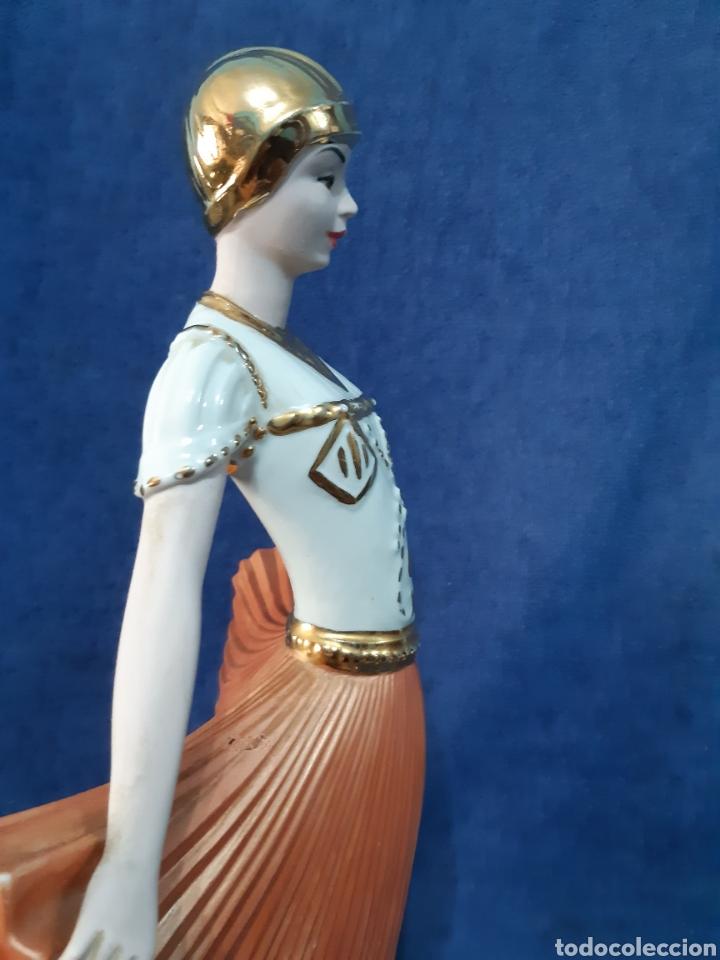 Antigüedades: Figura de porcelana policromada con adornos en oro de 24 kilates - Foto 12 - 175976788