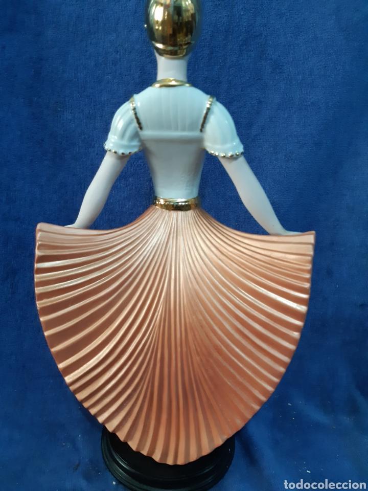 Antigüedades: Figura de porcelana policromada con adornos en oro de 24 kilates - Foto 13 - 175976788