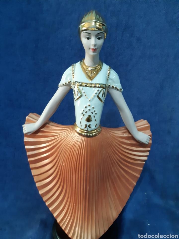 Antigüedades: Figura de porcelana policromada con adornos en oro de 24 kilates - Foto 14 - 175976788