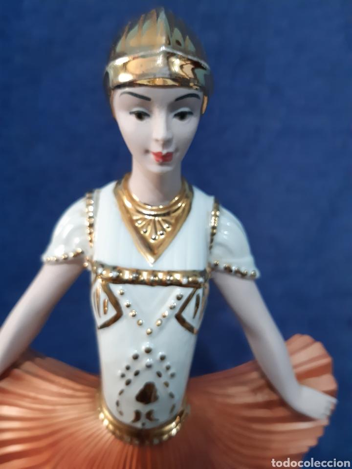 Antigüedades: Figura de porcelana policromada con adornos en oro de 24 kilates - Foto 16 - 175976788