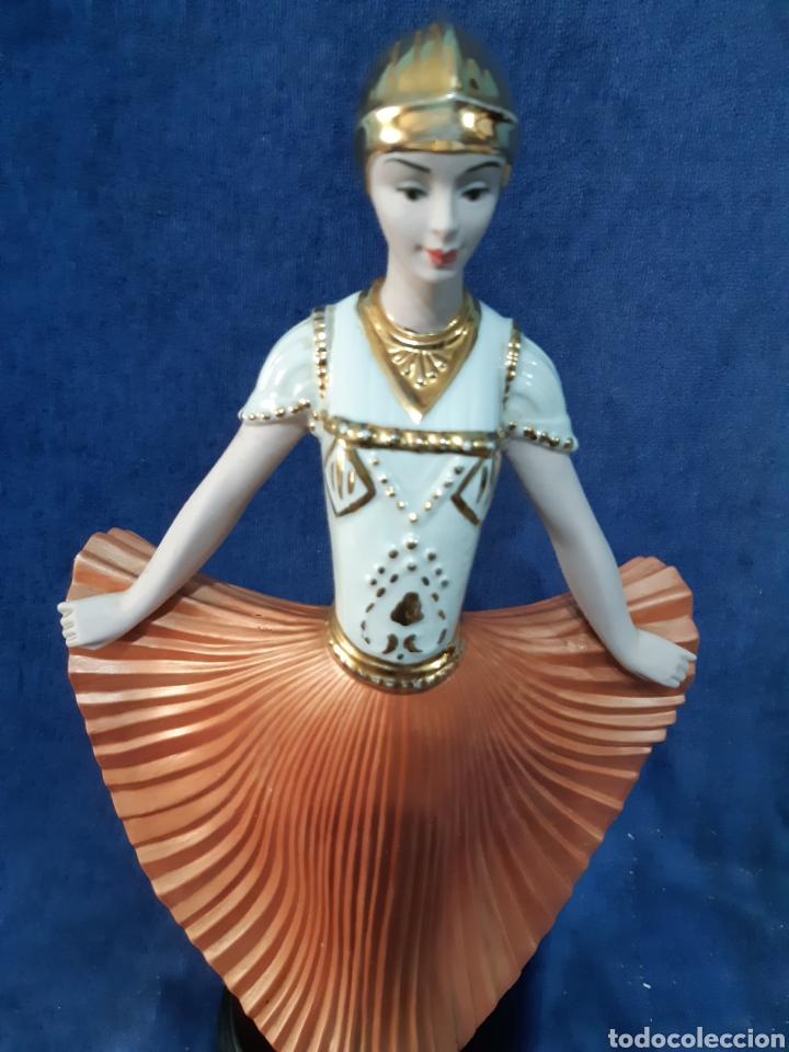 FIGURA DE PORCELANA POLICROMADA CON ADORNOS EN ORO DE 24 KILATES (Antigüedades - Hogar y Decoración - Figuras Antiguas)