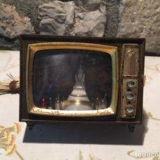 Antigüedades: ANTIGUA PEQUEÑA TELEVISIÓN DE JUGUETE CON VIRGEN DE MONTGRONY EN EL INTERIOR AÑOS 60-70. Lote 176013300