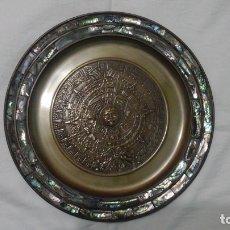 Antigüedades: PLATO CALENDARIO AZTECA, CON INCRUSTACIÓNES ANACARADAS. Lote 176025024
