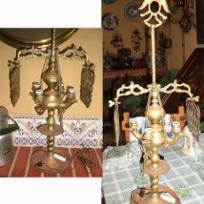 Antigüedades: GRAN QUINQUE LAMPARA DE 4 BOMBILLAS EN BRONCE/COBRE MIDE 67 CM DE ALTO POR 28 ANCHO. Lote 176025922