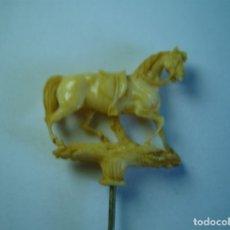 Antigüedades: SIGLO XIX SOBERBIO ALFILER DE CORBATA TALLADO EN MARFIL CABALLO MINIATURA COLECCIONISTAS. Lote 176039972