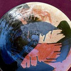 Antigüedades: TOMAS BUXO. GRAN PLATO DE CERÁMICA ABSTRACTO. CON ESMALTES. GERONA AÑOS 1970. Lote 176070432