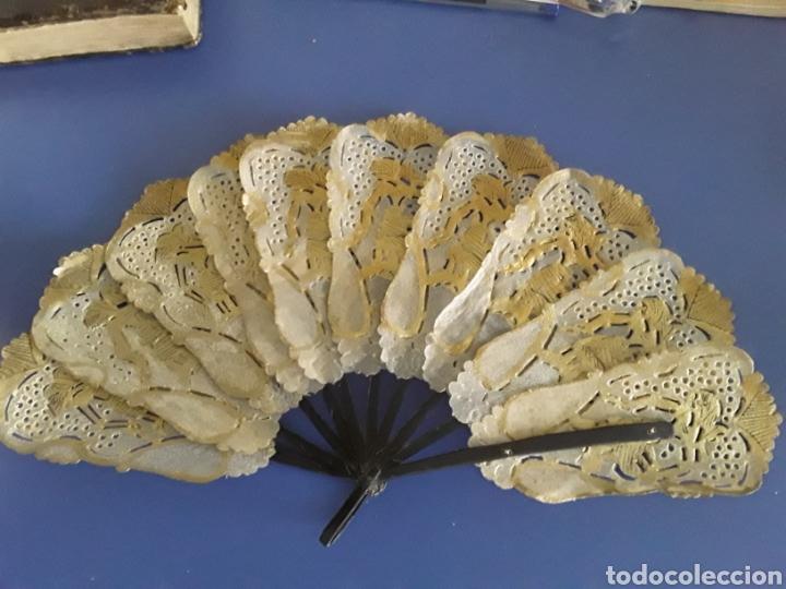 PRECIOSO ABANICO ANTIGUO DE PAPIRO POLICROMADO Y VARILLAJE DE ASTA (Antigüedades - Moda - Abanicos Antiguos)