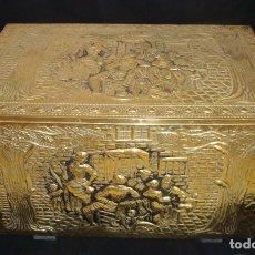 Antigüedades: BAUL MADERA Y LATÓN REPUJADO MUY DECORADO 25CM X 41CM. X 25CM. Lote 176098609