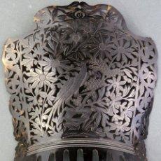 Antigüedades: PEINETA CHINA CALADA CON VEGETACIÓN Y PAVOS REALES CANTÓN HACIA 1900. Lote 176099782