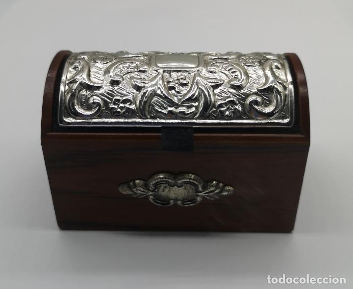 Antigüedades: Bello cofre joyero en madera con tapa en plata de ley repujada y contrastada . - Foto 2 - 176110718