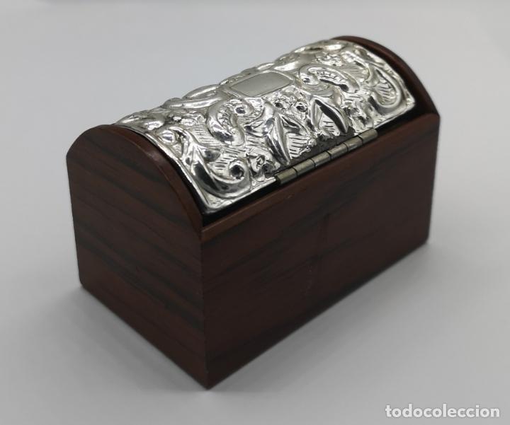 Antigüedades: Bello cofre joyero en madera con tapa en plata de ley repujada y contrastada . - Foto 3 - 176110718
