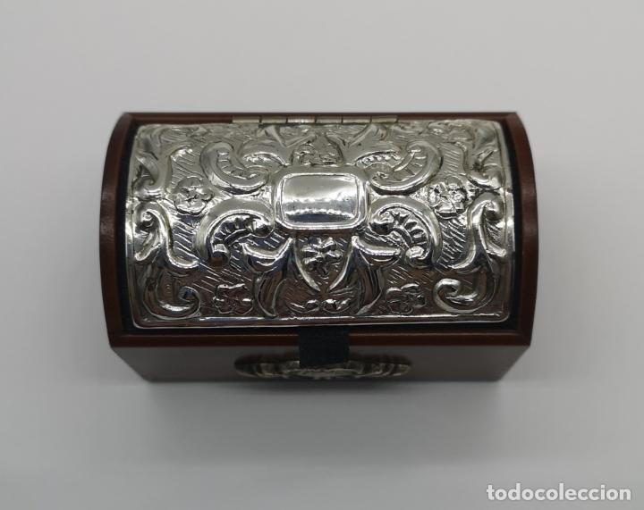 Antigüedades: Bello cofre joyero en madera con tapa en plata de ley repujada y contrastada . - Foto 6 - 176110718