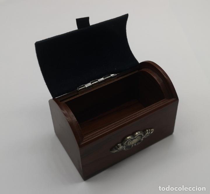 Antigüedades: Bello cofre joyero en madera con tapa en plata de ley repujada y contrastada . - Foto 7 - 176110718