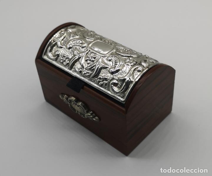 Antigüedades: Bello cofre joyero en madera con tapa en plata de ley repujada y contrastada . - Foto 8 - 176110718