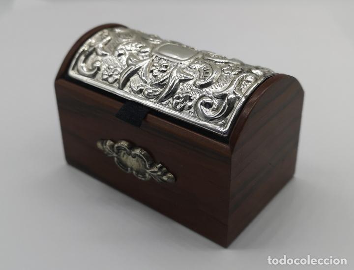 BELLO COFRE JOYERO EN MADERA CON TAPA EN PLATA DE LEY REPUJADA Y CONTRASTADA . (Antigüedades - Hogar y Decoración - Cajas Antiguas)