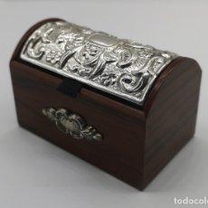 Antigüedades: BELLO COFRE JOYERO EN MADERA CON TAPA EN PLATA DE LEY REPUJADA Y CONTRASTADA .. Lote 176110718